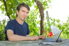 Homme avec la tablette Images stock