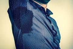 Homme avec la transpiration sous l'aisselle - rétro style image libre de droits