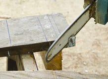 Tronçonneuse coupant le bois photos libres de droits