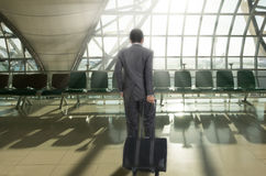 Homme avec la valise dans l'aéroport terminal Photos stock