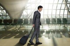 Homme avec la valise dans l'aéroport terminal Images libres de droits