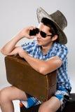 Homme avec la valise parlant au téléphone Images stock
