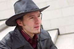 Homme avec la verticale de chapeau de barbe et de cuir Photographie stock libre de droits