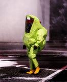 Homme avec la vitesse protectrice jaune contre le risque biologique images libres de droits