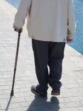 Homme avec le bâton de marche Photos libres de droits