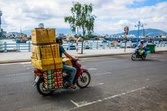 Homme avec le bagage énorme sur le scooter images libres de droits