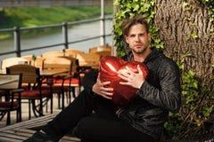 Homme avec le ballon rouge de coeur Photos libres de droits