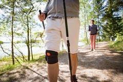 Homme avec le bandage sur le genou, marche nordique Photo libre de droits