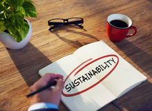 Homme avec le bloc-notes et le concept de durabilité Image stock