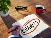Homme avec le bloc-notes et les concepts de charité Image stock