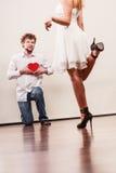 Homme avec le boîte-cadeau en forme de coeur pour la femme Photographie stock libre de droits