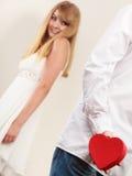 Homme avec le boîte-cadeau en forme de coeur pour la femme Photos stock