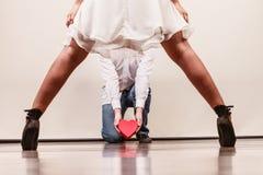 Homme avec le boîte-cadeau en forme de coeur pour la femme Photographie stock