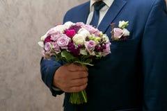 Homme avec le bouquet de fleur Images stock