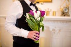 Homme avec le bouquet de fleur Image stock