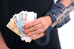 Homme avec le bras et les euros cassés Image stock