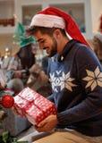 Homme avec le cadeau de Noël Photos stock
