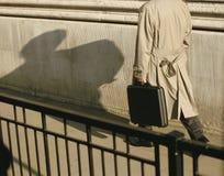 Homme avec le cas à disposition photographie stock