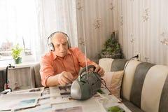 Homme avec le casque écoutant du lecteur de cassettes Images libres de droits