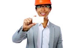 Homme avec le casque de sécurité tenant la carte vierge Images stock