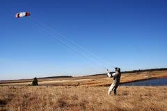 Homme avec le cerf-volant images libres de droits