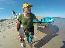 Homme avec le cerf-volant et le Wakeboard Image libre de droits