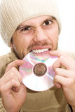 Homme avec le chapeau cassant le CD photographie stock libre de droits