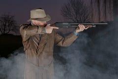Homme avec le chapeau de cowboy et le canon d'émeute Photographie stock libre de droits