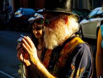 Homme avec le chapeau intéressant prenant des photos à la Nouvelle-Orléans Images libres de droits