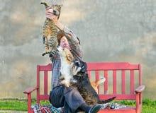 Homme avec le chat et les chiens Images libres de droits