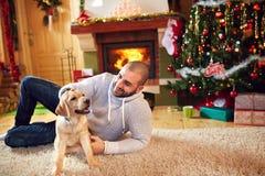 Homme avec le chien appréciant pour des vacances de Noël Photos stock