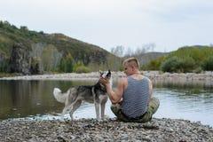 Homme avec le chien de traîneau Images stock