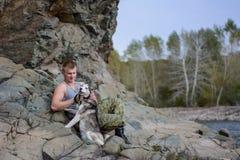 Homme avec le chien de traîneau Photographie stock libre de droits