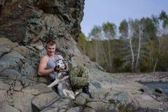 Homme avec le chien de traîneau Image libre de droits