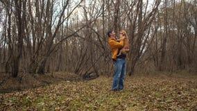 Homme avec le chien en parc d'automne banque de vidéos