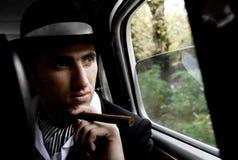 Homme avec le cigare dans le véhicule Photos stock
