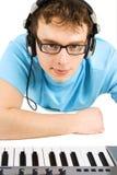 Homme avec le clavier et les écouteurs du Midi d'isolement Photos stock