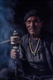 Homme avec le collier blanc au Népal Image stock
