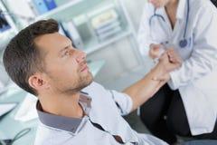 Homme avec le compte-gouttes donnant le sang dans l'hôpital images stock