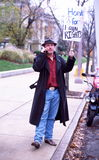 Homme avec le cornement de signe pour l'égalité des droits images stock