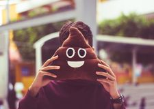 Homme avec le coussin d'emoji de dunette photos libres de droits