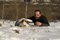 Homme avec le crabot en forêt de l'hiver Image libre de droits