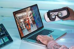 Homme avec le dispositif de réalité virtuelle de vr pour le contrôle virtuel d'entrepôt photographie stock libre de droits