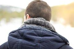Homme avec le dos et l'écharpe à capuchon Images libres de droits
