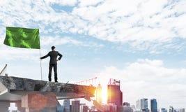 Homme avec le drapeau présentant le concept de direction Image stock