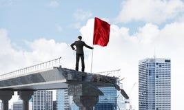 Homme avec le drapeau présentant le concept de direction Image libre de droits