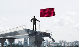 Homme avec le drapeau présentant le concept de direction Photographie stock libre de droits