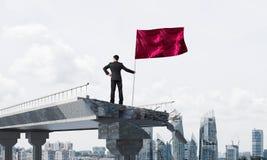 Homme avec le drapeau présentant le concept de direction Images libres de droits