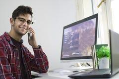 Homme avec le fonctionnement ou l'étude d'ordinateur images stock
