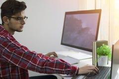 Homme avec le fonctionnement ou l'étude d'ordinateur images libres de droits